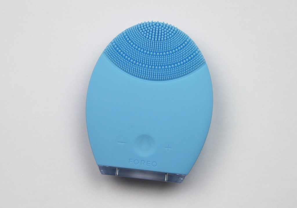 FOREO Luna for Combination Skin Facial Cleansing Silicone Brush Review